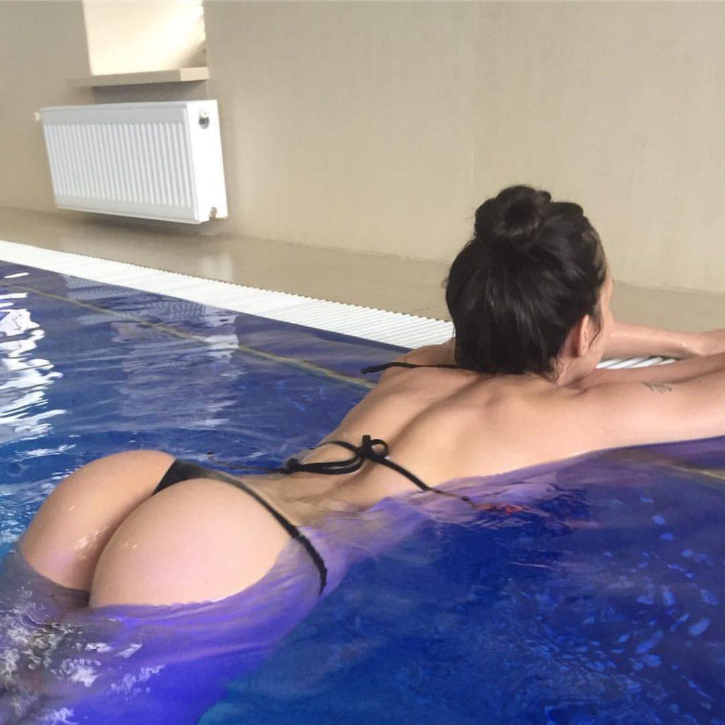 Соня Гудим в бассейне