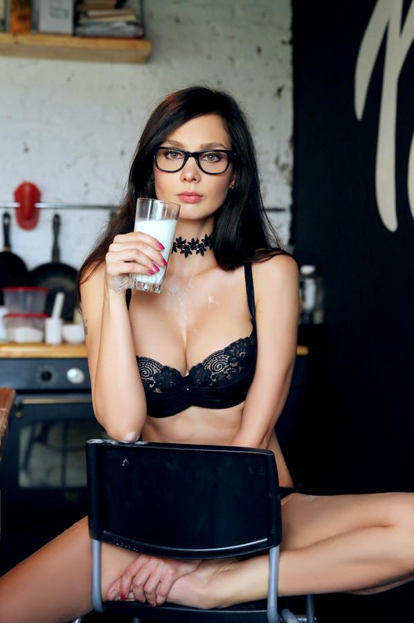 девушка пьёт молоко