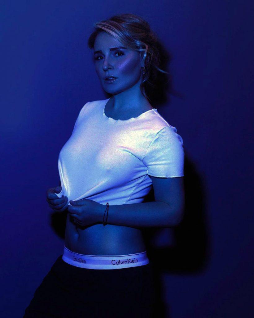Мария Басс в футболке