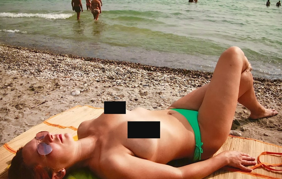 Анисина обнаженная на пляже